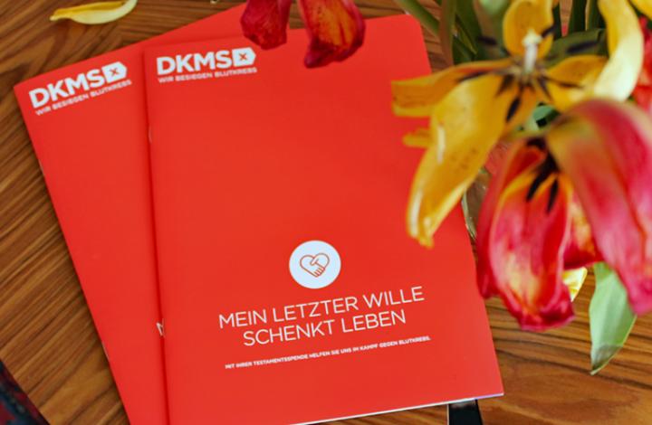 Abbildung der DKMS-Erbschaftsbroschüre, rotes Cover mit weißem DKMS-Logo und weißer Schrift