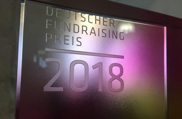 Nahaufnahme des Deutschen Fundraising Preises 2018, verliehen an die Initiative