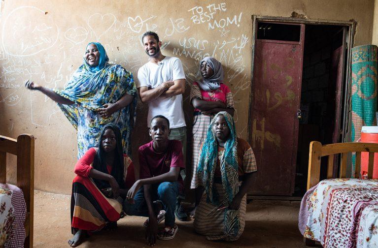 Stand-Up-Comedian Ususmango zu Besuch bei einer sudanesischen Familie. Content für die PR- und Fundraisingaktion